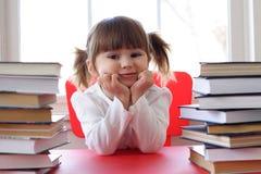 Meisje en boeken voor lezing Royalty-vrije Stock Foto's