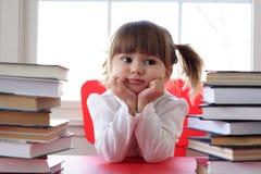 Meisje en boeken voor lezing Stock Foto's