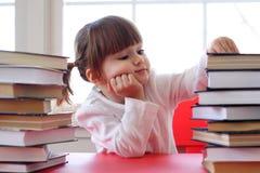 Meisje en boeken voor lezing Stock Foto