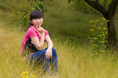 Meisje en boomgaard Stock Afbeelding