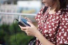 Meisje en cassetteband stock foto