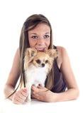Meisje en chihuahua stock foto