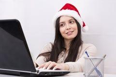 Meisje en computer stock foto's