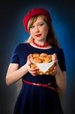 Meisje en croissant Royalty-vrije Stock Afbeeldingen