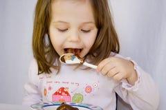 Meisje en de chocolade Stock Foto's
