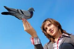 Meisje en de duif Stock Fotografie