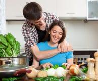 Meisje en de groenten van kerelbesnoeiingen Royalty-vrije Stock Afbeelding