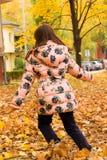 Meisje en de herfstbladeren Stock Afbeeldingen