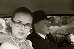Meisje en de jonge man in een auto Stock Afbeelding