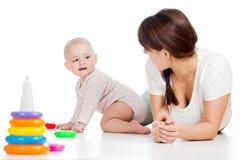 Meisje en de moeder die van de baby samen het spelen Stock Afbeeldingen