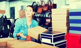 Meisje en dozen met nieuwe paren schoenen Royalty-vrije Stock Fotografie