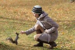 Meisje en eekhoorn Royalty-vrije Stock Afbeelding