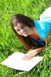 Meisje en een boek 14 van de zomer Stock Afbeeldingen