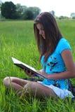 Meisje en een boek 6 van de zomer stock afbeeldingen