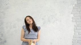 Meisje en een strohoed stock videobeelden