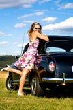 Meisje en een uitstekende auto stock foto's