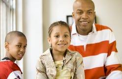 Meisje en familie - scherp meisje Stock Fotografie