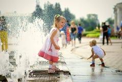 Meisje en fontein Stock Fotografie