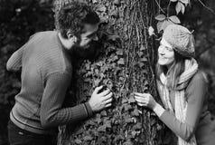 Meisje en gebaarde kerel of gelukkige minnaars op een datum Het dateren en de herfstliefde Man en vrouw met gelukkige gezichten Stock Fotografie