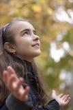 Meisje en gele bladeren Stock Afbeeldingen