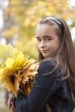 Meisje en gele bladeren Stock Foto's