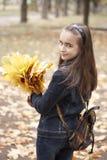Meisje en gele bladeren Royalty-vrije Stock Foto's