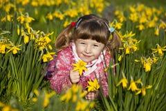Meisje en gele narcissen Royalty-vrije Stock Foto's