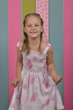 Meisje en gestreept behang Stock Fotografie