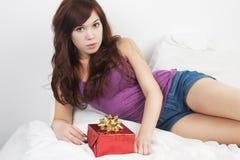Meisje en gift Stock Afbeeldingen