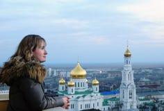 Meisje en godsdienst. Kathedraal. Rostov-op-trek aan. Stock Fotografie