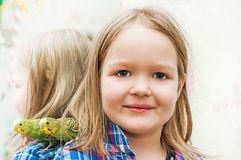 Meisje en golvende papegaai Stock Foto's