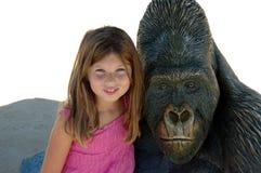 Meisje en gorilla stock afbeeldingen