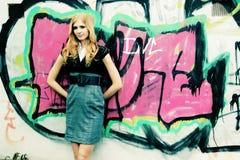 Meisje en graffiti royalty-vrije stock fotografie