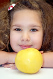 Meisje en grapefruit Stock Afbeelding