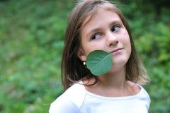 Meisje en groen blad Stock Foto