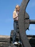 Meisje en groot wiel Royalty-vrije Stock Afbeelding