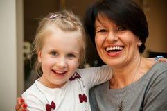 Meisje en grootmoeder het glimlachen Stock Foto's