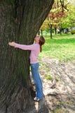 Meisje en grote boom Stock Foto's