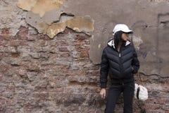 Meisje en grunge muur Stock Fotografie