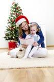 Meisje en haar boek van de mammalezing Stock Foto's