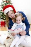 Meisje en haar boek van de mammalezing Stock Afbeelding