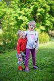 Meisje en haar broer Stock Fotografie
