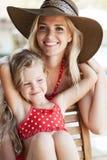 Meisje en haar moeder stock fotografie