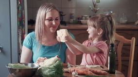 Meisje en haar moeder het bijten kaas met gaten stock video