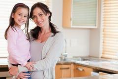 Meisje en haar moeder het stellen Stock Foto