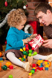 Meisje en haar papa dichtbij Kerstboom Stock Foto's