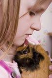 Meisje en haar proefkonijn royalty-vrije stock foto