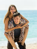 Meisje en haar vriend het glimlachen Stock Foto's