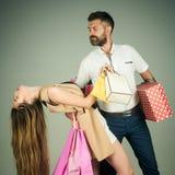 Meisje en het gebaarde huidige pak van de mensengreep, cyber Maandag royalty-vrije stock foto