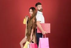 Meisje en het gebaarde huidige pak van de mensengreep, cyber Maandag stock afbeelding